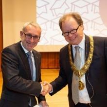 Preisträger Ewald Krämer mit Rektor Wolfram Ressel Preisträger Ewald Krämer mit Rektor Wolfram Ressel