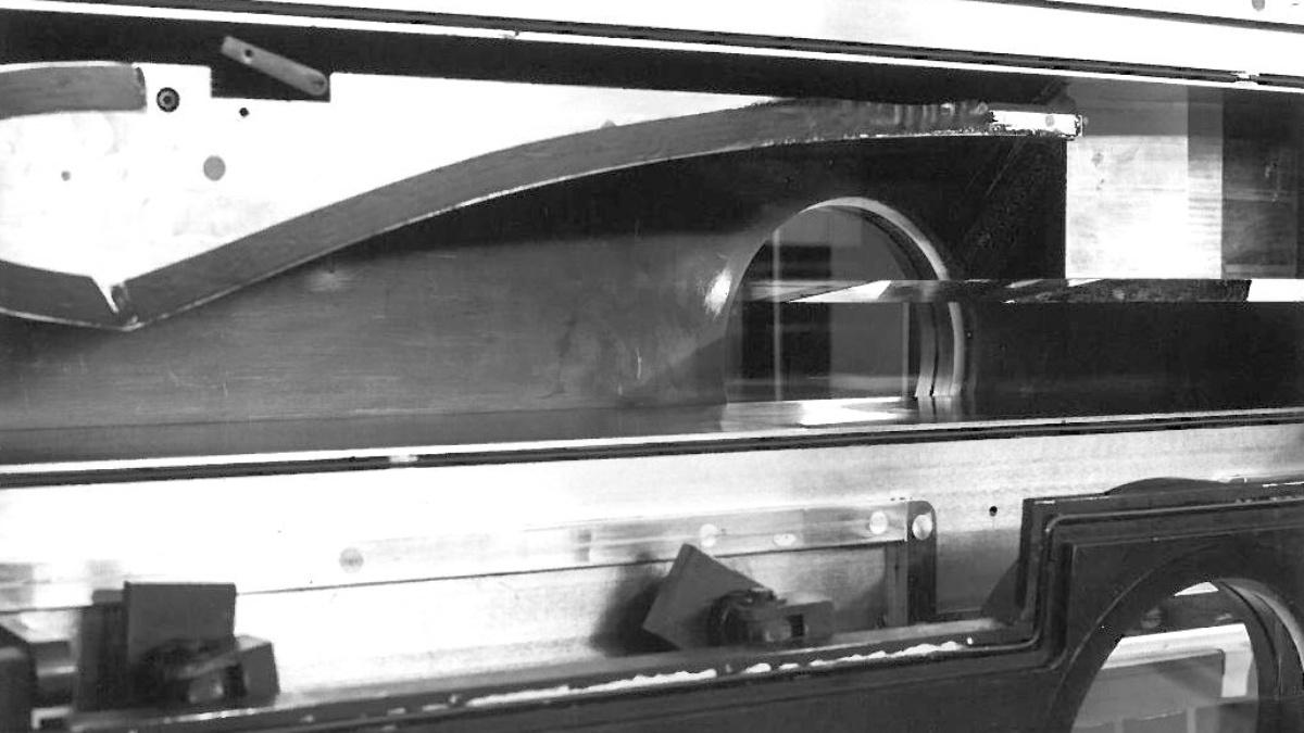 """Bei der Halbmodell-Messstrecke, handelt es sich um einen Halbmodellkanal, der nach dem sog. """"suck down""""-Prinzip arbeitet. Bei dieser Betriebsweise wird getrocknete Luft aus einem Reservoir in ein Vakuumsystem angesaugt. (c)"""
